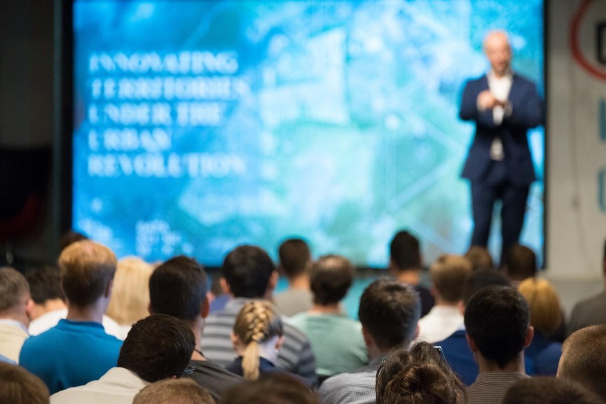 Konferenciaterem és hallgatóság